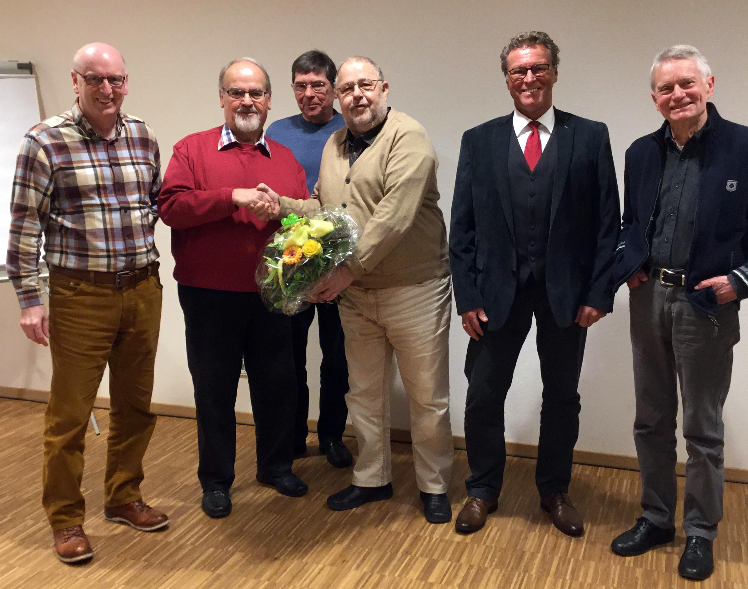 Der SPD Kreisvorsitzende des Kreisverbandes Saarbrücken-Land, Rainer Ziebold, gratuliert Reimund Lingstädt zur Wahl.